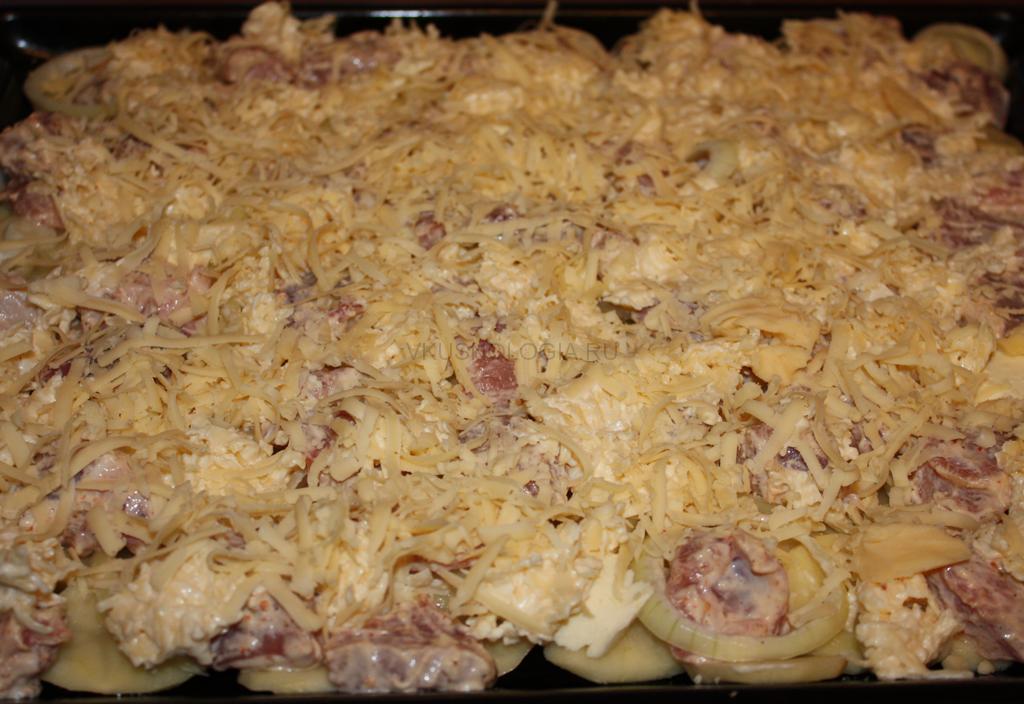 Свинина с грибами и сыром в духовке - рецепт с фото